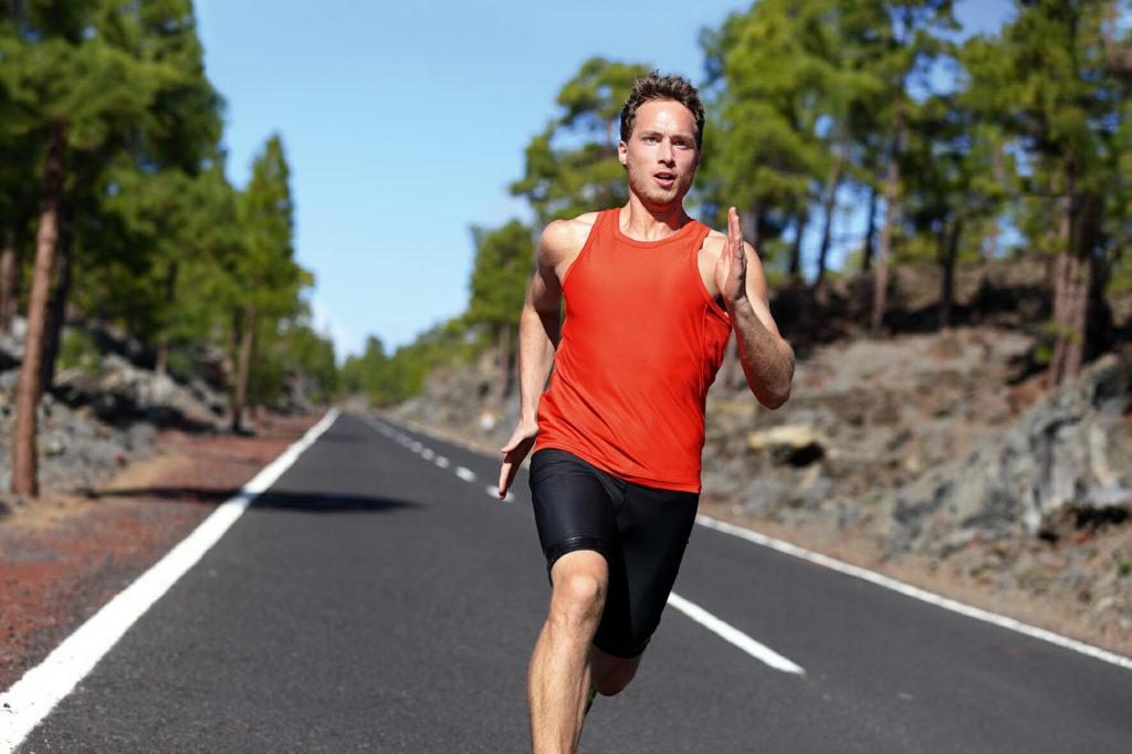Courir au seuil: En dynamisation du seuil, vous courez à 90 % de votre VMA et à 90 % de votre réserve cardiaque. Vous enchaînez 2 à 4 sessions de 6 à 8 minutes.